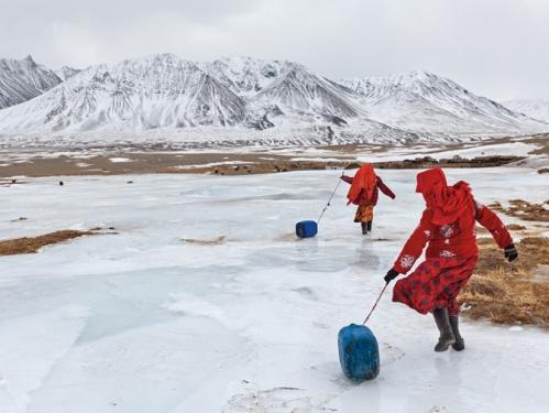 09-kyrgyz-girls-fetching-water-670
