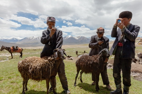 14-kyrgyz-herders-with-cell-phones-670