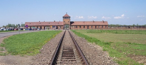 640px-Rail_leading_to_Auschwitz_II_(Birkenau)
