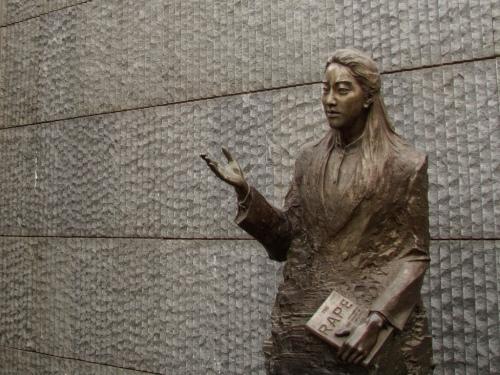 Bronze_of_Iris_Chang_in_Nanjing_Massacre_Memorial